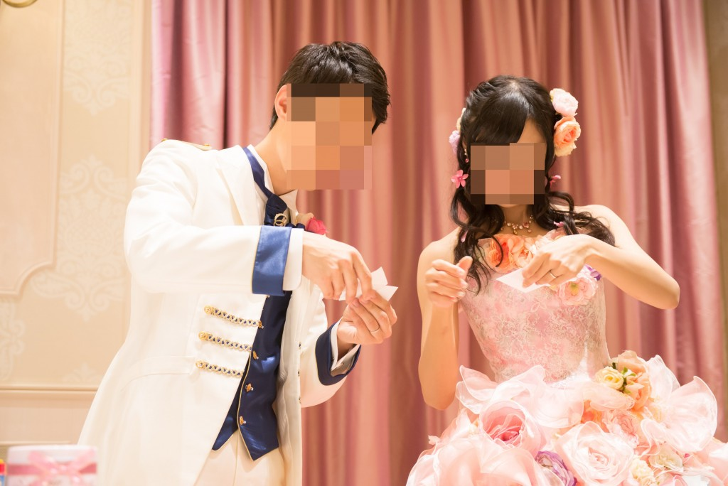 アニヴェルセルみなとみらい横浜 結婚式レポブログ ヴィラスウィートでの披露宴 フォトラウンド、カラードレス色当てクイズ(ディズニープリンセスのハニカムカード)